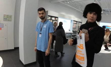 Молодой человек выбешивает жителей России молчанием